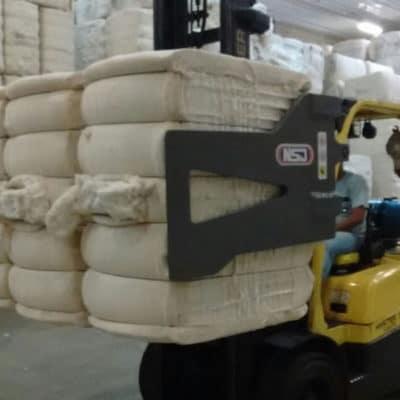 Garra Hidráulica NSJ para movimentação de fardos - Acessórios desenvolvidos para manuseio de toda gama de material que é produzido ou movimentado em fardos