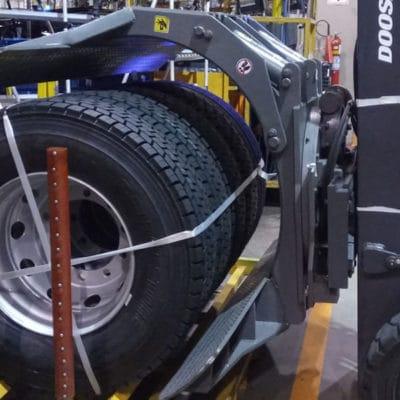 Garra Hidráulica NSJ para movimentação de pneus - Clamp projetada para movimentar diversos pneus simultaneamente, conforme a necessidade das fabricantes de pneus e montadoras