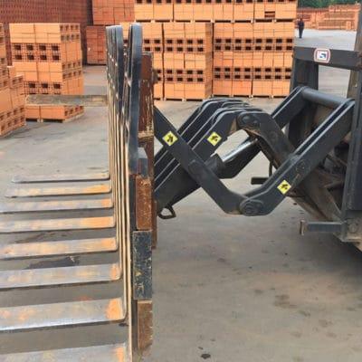 Pantógrafo / Empilhador Frontal NSJ - O empilhador NSJ possibilita o avanço do carro porta garfos, permitindo a carga e descarga de caminhões por apenas uma lateral